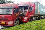 大连:俩大货车撞成一团 柴油泄漏一地