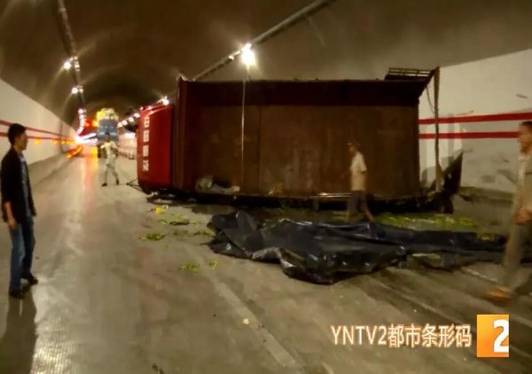"""昆明一高速隧道内货车""""漂移""""后侧翻"""