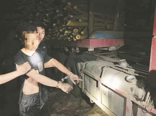 """肥东:""""油耗子""""瞬间吸干货车油箱逃跑时暴力撞伤民警"""
