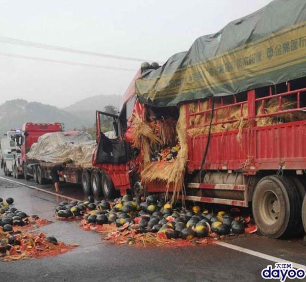 运送西瓜大货车在乐广高速追尾一人被困