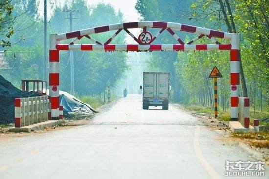 设置是否合理?河南郑州一路段限高架多次被撞断多次焊接