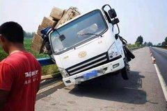 吓坏司机:货车正跑高速右前轮飞了出去