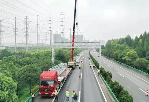 陕西:首个ETC门架系统吊装在西康高速完成