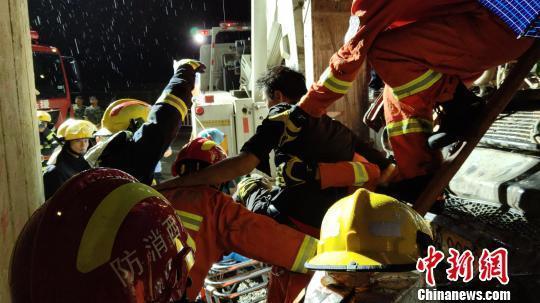 广西:大货车与混凝土搅拌车相撞现场惨烈