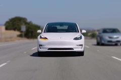 特斯拉自动驾驶失灵! 高速连撞隔离桩