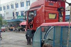 辽宁:男子拦车要钱 过往货车无一幸免