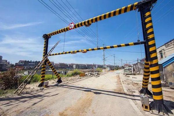 交通部:4.5米以下限高杆均违法年前必须全部清理