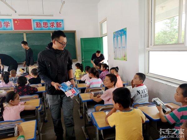 """""""超级感叹号""""为天水孩子捐赠书籍文具"""