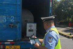 非法改装:车管所查验员查出货车加油站
