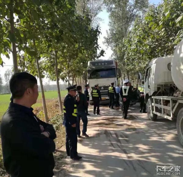 货车侧翻货物被抢,执法人员不作为,这回卡车司机怒了