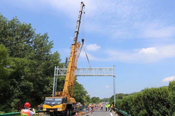 湖北:武黄管理处顺利完成全线ETC门架吊装工作