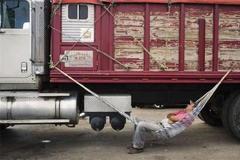 大货车司机宁愿路边休息 也不进服务区