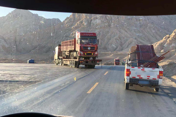 青藏线上出现卡车拉卡车,这是唱哪出?