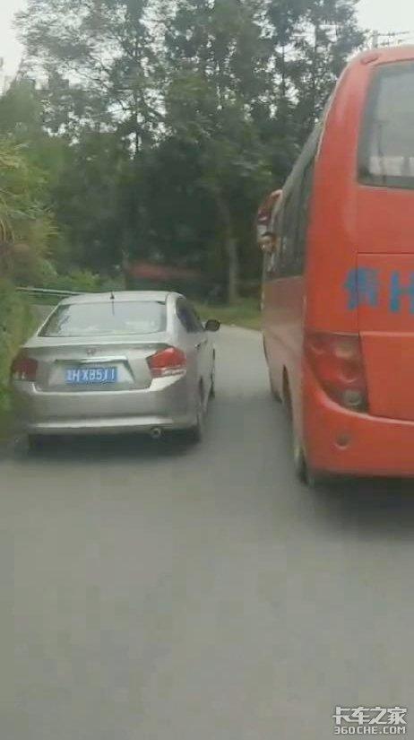 乡间小道公交强行别车换你会怎样做?