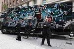 卡车全涂漆 涂鸦大师班克西作品将拍卖
