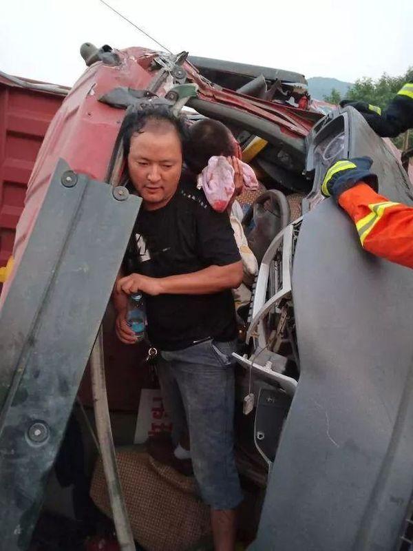 真硬汉!司机被卡货车内他一扛就是一个多小时