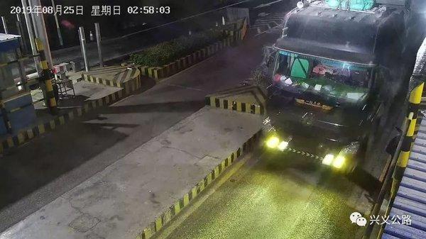 """胆子真大!兴义一检测站6名驾驶员恶性冲关被""""行拘""""!"""