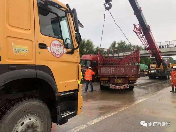 甘肃平凉高速路政趁难索贿万元司机不交钱寸步难行,官方介入调查