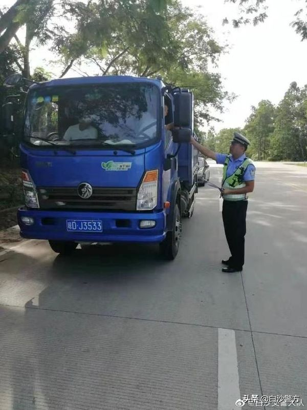 海南白沙:交警治超专项整治得阶段成效