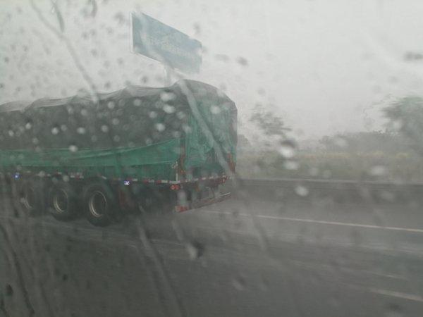 受降雨影响河南这些高速路段禁7座以上客车及货车通行