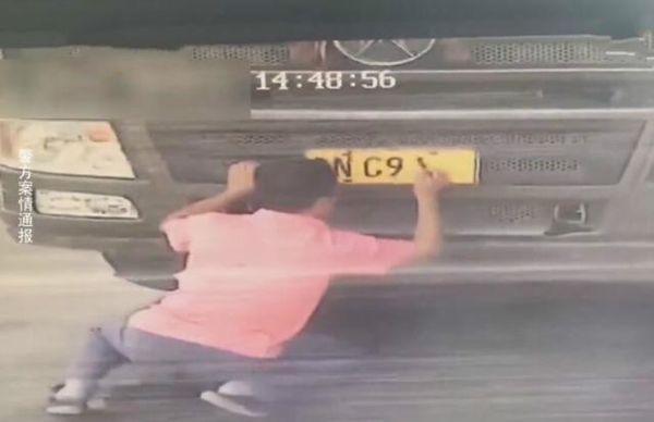"""货车司机""""技艺""""高超用毛笔写车牌号上路网友:开货车屈才了"""