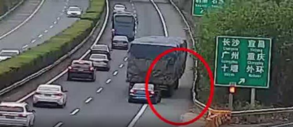 女子在高速上指挥货车倒车被全程录像