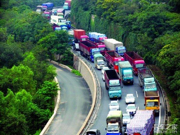 京藏高速这段路面维修过往车辆需绕行