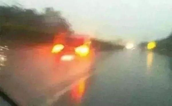 """雨天高速行车遇积水路段应该""""冲过去""""还是""""躲过去""""?"""