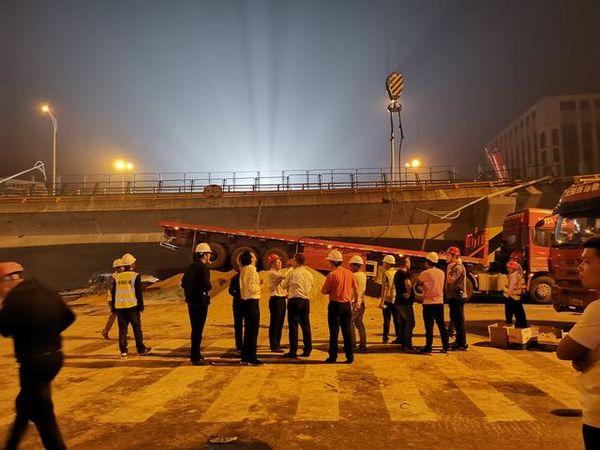"""桥梁坍塌6小时后""""肇事车""""被吊起来了"""