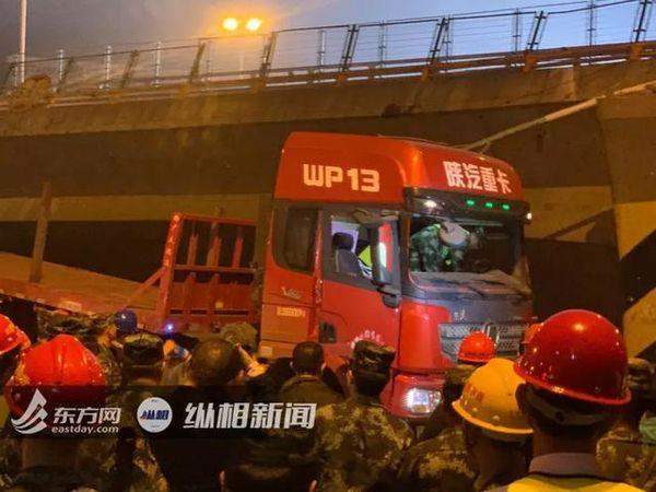 无锡跨桥坍塌卡车司机重伤所属运输公司注册电话:假的