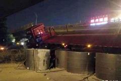 桥侧翻事故续:涉事运输公司有超载案底