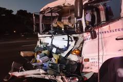 桃园国道货车与硫酸槽车追撞 强酸泄出!