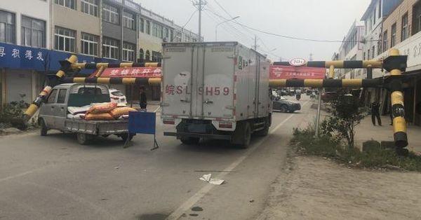 蒙城:限高护栏不止一次被撞倒货车被卡