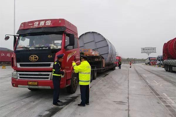 安徽对超限超载货车'下猛药'!年底前高速收费站入口将…