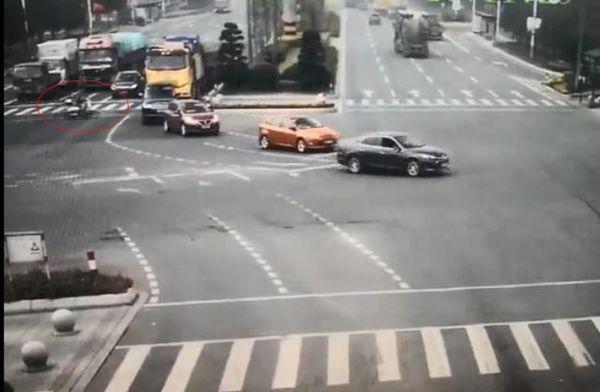 骑车逆行闯红灯女子遭货车拖行被判全责要司机赔钱:你该马上停