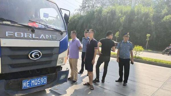 漳州:交警与路政齐发力重拳整治货车违法乱象