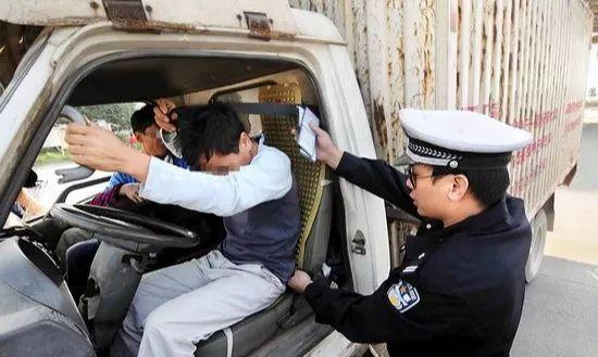@货车驾驶人您的安全带都系正确了吗?