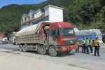 货车超载致无锡上跨桥垮塌 越治越超怪圈如何破?