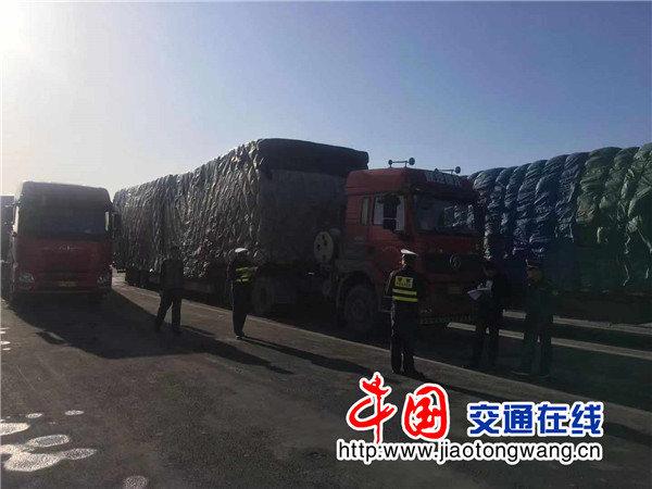 甘肃:交警整治货车超限超载交通违法!