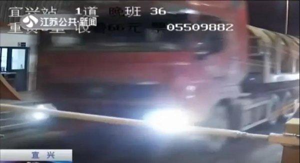 大货车冲卡逃避缴税涉案9名司机被判刑但这就够了吗?