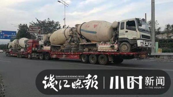 """惊了!运输公司想出""""奇招""""半挂车背着水泥车上高速"""