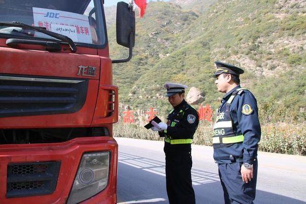 华阴交警:突出'四字'严把'四关'纵深推进冬季货车超限超载治理工作