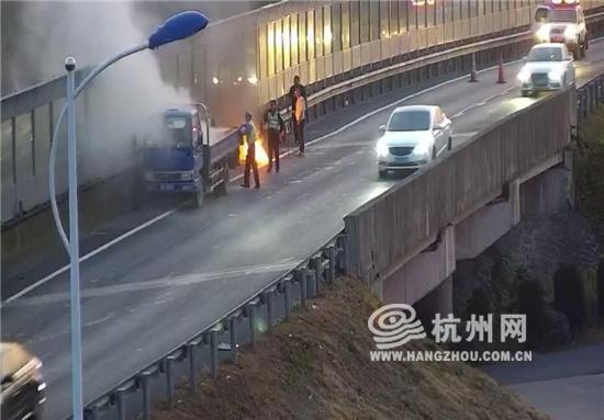 高速行车途中车窗抛烟头结果货箱起火了