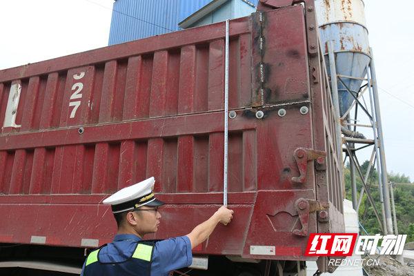 宁乡:铁腕治超今年前三季度查处违法超限超载车辆1600余台次