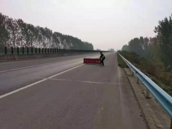 货车路上两次掉落物品粗心司机酿事故