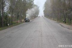 朝鲜街道的妙闻 这车一跑起来就冒白烟