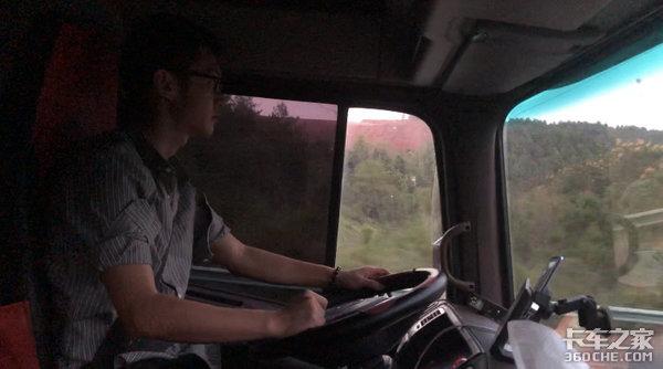 踏进卡车那一刻,愿我们的初心依然热忱