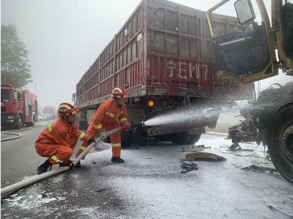 银川两辆大货车追尾受大雾影响多路段交通管制!