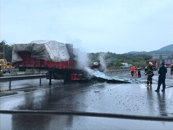 小货车自燃烧报废!行驶过程中车辆突发自燃怎么办?