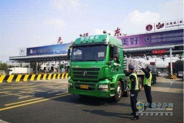 多地下令,禁止超限超载货车上高速!